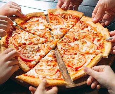 פיצה חתוכה למשלושים